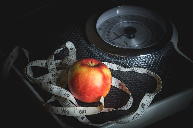 váha, metr, jablko