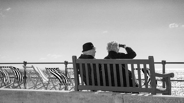 senioři na pobřeží.jpg