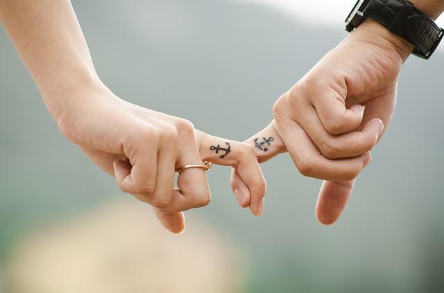 pár, prsty, společné tetování