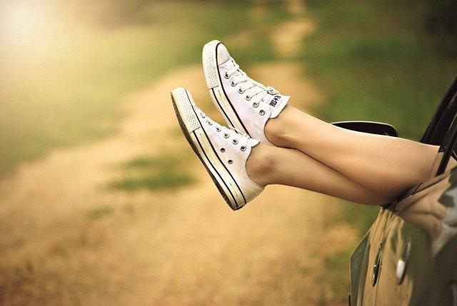 nohy nad cestou
